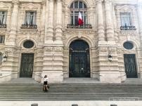 Devant la façade de l'Hotel de Ville de Roubaix - http://www.ville-roubaix.fr/