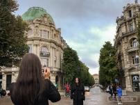 Avant d'aller à Paris, Kylie, Miss International, découvre l'architecture Haussman, place de la République à Lille.